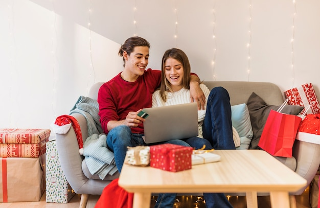 Par, usando computador portátil, ligado, sofá
