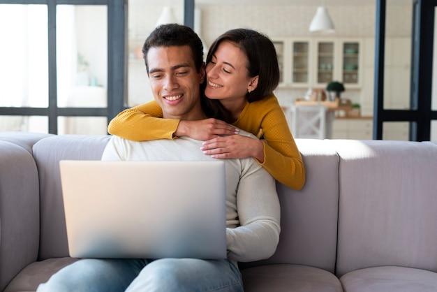 Par, usando computador portátil, ligado, um, sofá
