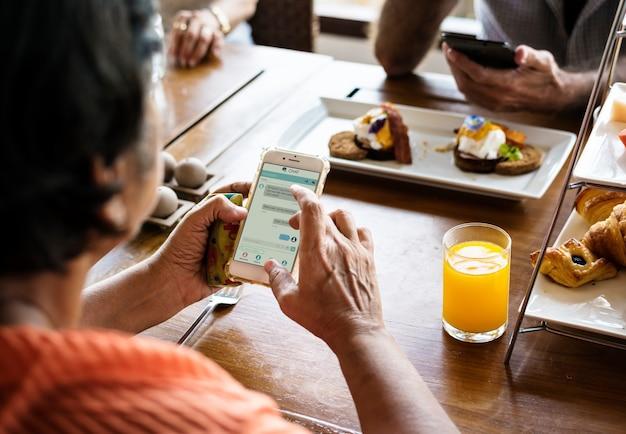 Par, usando, seu, smartphones, em, jantar