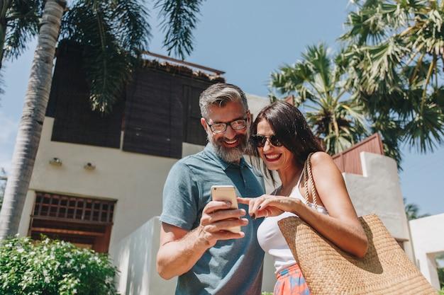 Par, usando, seu, telefone, enquanto, férias