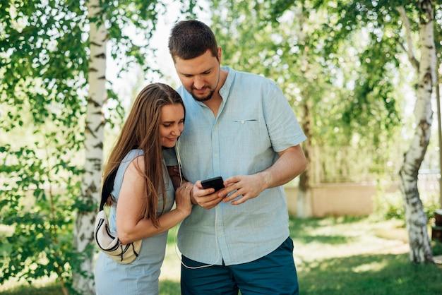 Par, usando, smartphone, em, floresta vidoeiro