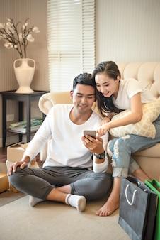 Par, usando, smartphone, junto