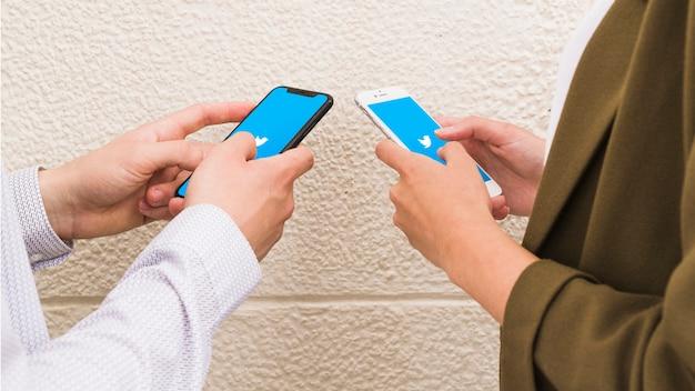 Par, usando, twitter, aplicação, ligado, telefone móvel