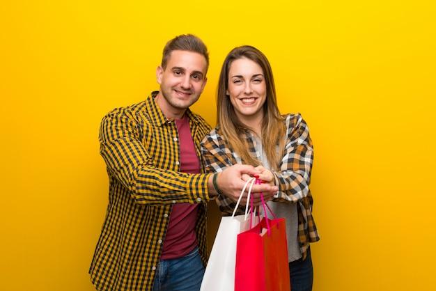 Par, valentine, segurando, muitos, shopping, sacolas