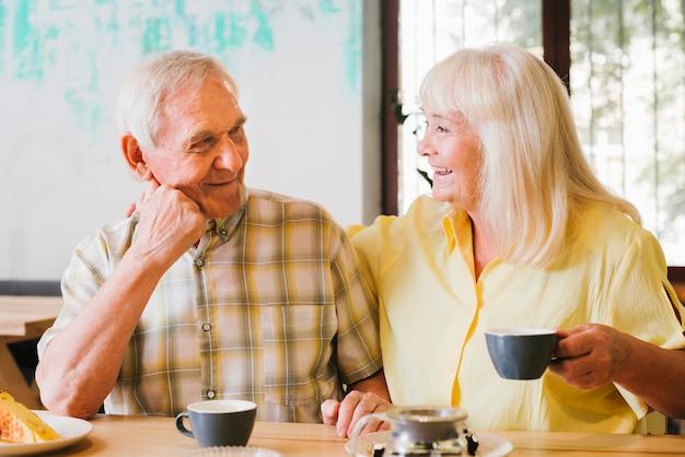 Par velho, bebendo, chá, e, falando, vivamente