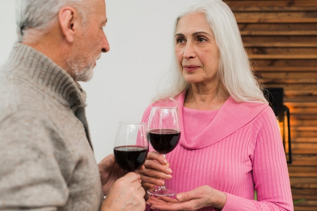 Par velho, bebendo vinho