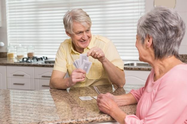 Par velho, cartões jogando, em, a, contador, em, lar, cozinha