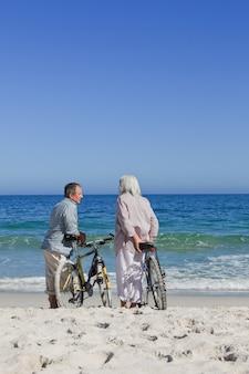 Par velho, com, seu, bicicletas, praia