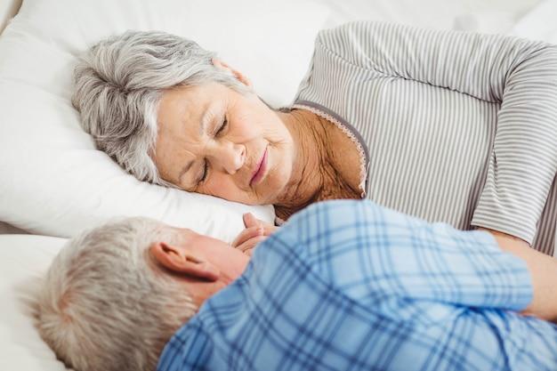 Par velho, dormir, cama, em, quarto