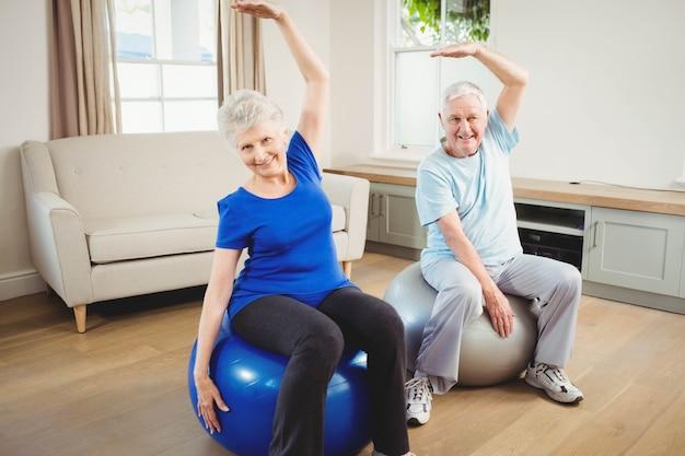 Par velho, fazendo, esticando exercício, ligado, exercite-se bola, casa