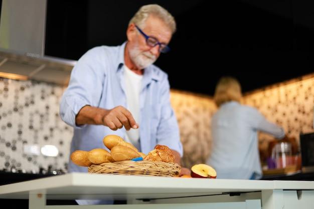 Par velho, homem mulher, cozinhar, em, cozinha, feliz, humor