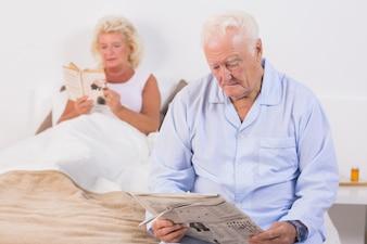 Par velho, leitura, cama