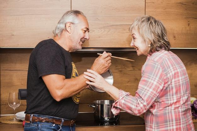 Par velho, preparando jantar, em, cozinha