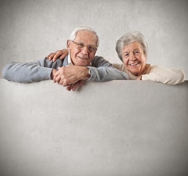 Par velho, segurando, com, um, em branco, tábua