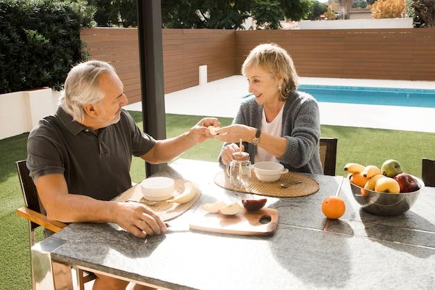 Par velho, tendo, pequeno almoço, em, jardim