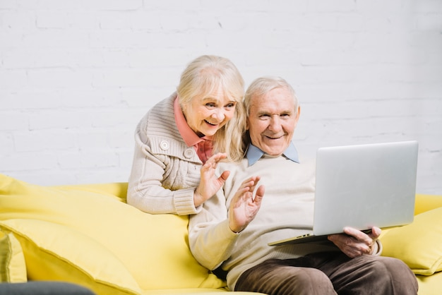 Par velho, usando computador portátil