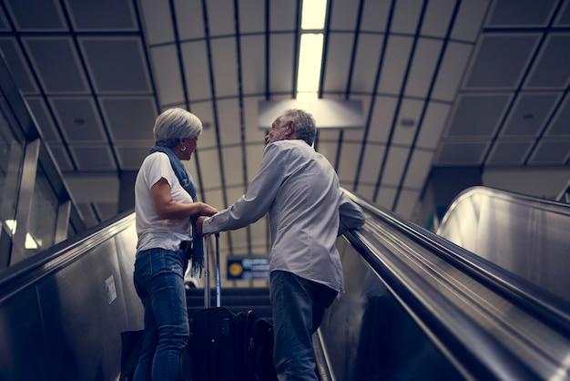 Par velho, viajando, ao redor, cidade