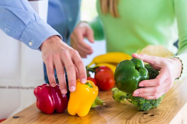 Par, vivendo, comer saudável, frutas legumes