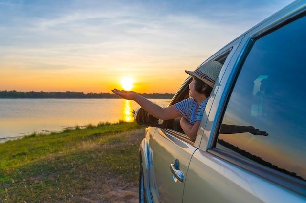 Para a aventura! menina que relaxa e que aprecia a viagem por estrada.