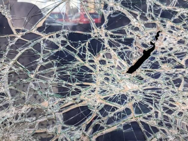 Pára-brisa de carro quebrado com pedras por vândalos.