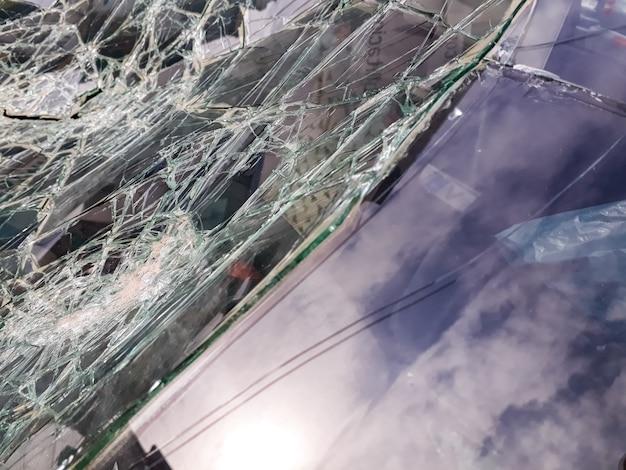 Pára-brisa do carro quebrado por um acidente.