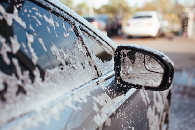 Para-brisa espumoso e espelho retrovisor lateral
