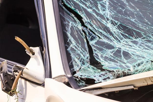 Pára-brisa quebrado em acidente de carro