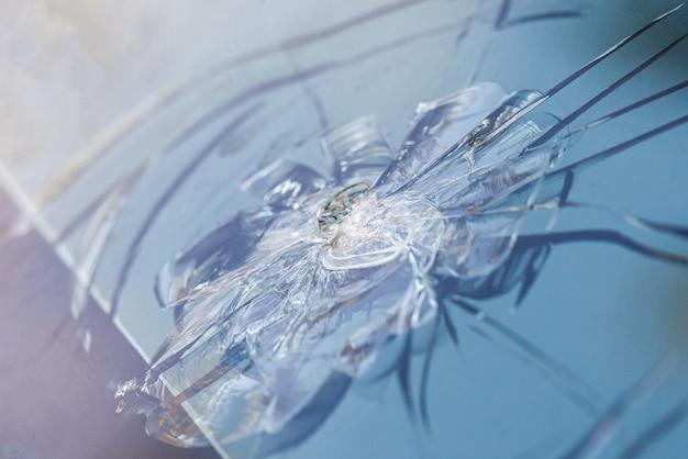 Pára-brisas quebrado de um carro, vidro danificado