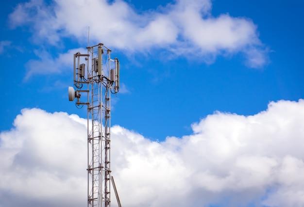 Para cima da torre de antena de rádio de comunicação, torre de antena de microondas no fundo do céu azul. antena para comunicação celular