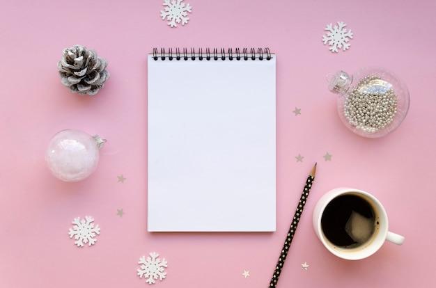 Para fazer a lista nas férias de inverno flat lay com lista de compras, xícara de café e decorações de natal