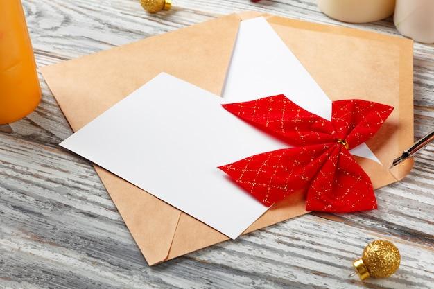 Para fazer a lista para o ano novo, conceito de natal, escrevendo sobre fundo de madeira