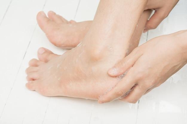 Para limpar os pés e cuidados com a pele.