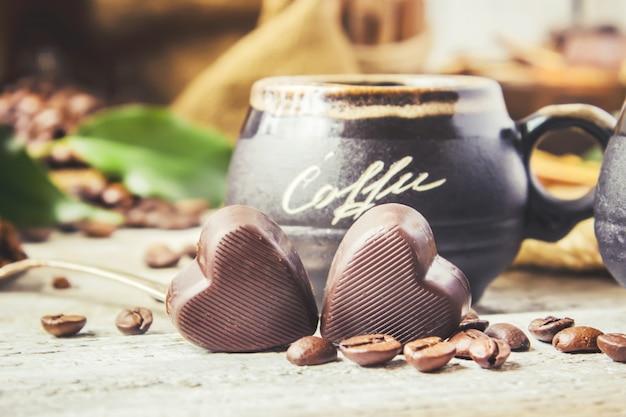 Para preparar o café em turku para a colagem do café da manhã. foco seletivo.