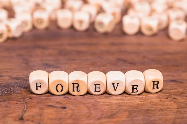 Para sempre a palavra na mesa de madeira