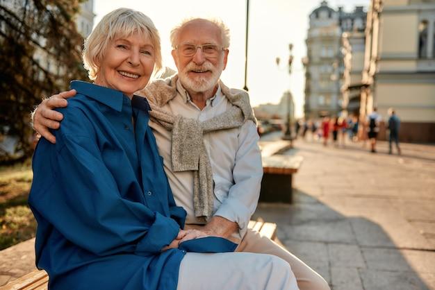Para sempre com você, retrato de um casal sênior feliz e bonito em roupas casuais de mãos dadas e