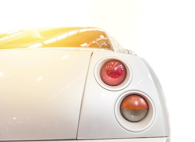 Para trás de um carro branco isolado
