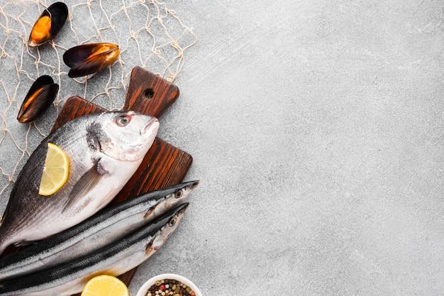 Para ver o peixe fresco no fundo de madeira