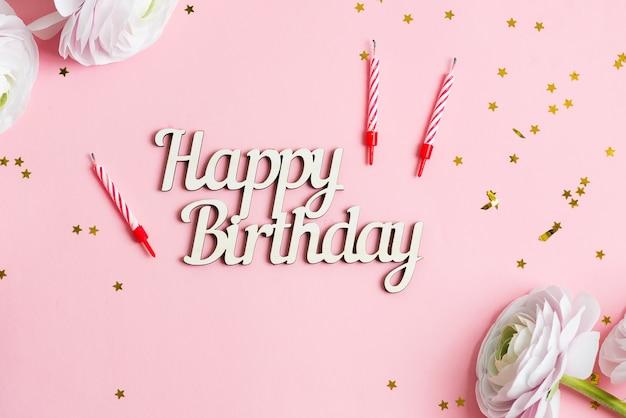 Parabéns cartão de feliz aniversário com flores brancas