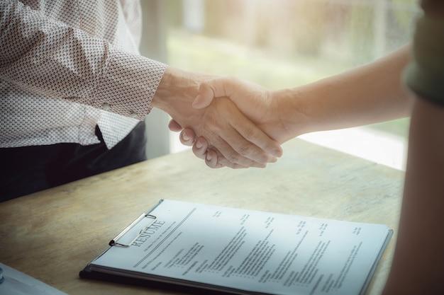 Parabéns, hr handshakes para felicitar aqueles que foram selecionados para trabalhar