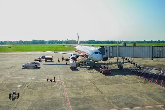 Parada de avião airasia para serviço de suporte e transferência de passageiros