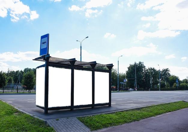 Parada de ônibus com placa de publicidade em branco em dia de verão ninguém lugar para sua publicidade externa ba