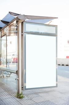 Parada de ônibus com quadro de avisos em branco