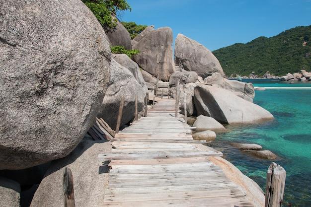 Paradise beach com ponte de madeira