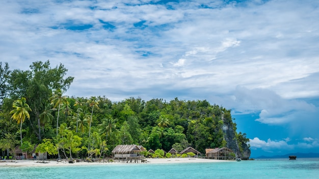 Paradise in water hut de homestay na ilha de kri. raja ampat, indonésia, papua ocidental.