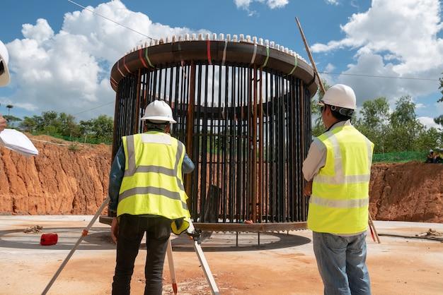 Parafuso de âncora de inspeção de engenheiro de construção na fundação de moinho de vento