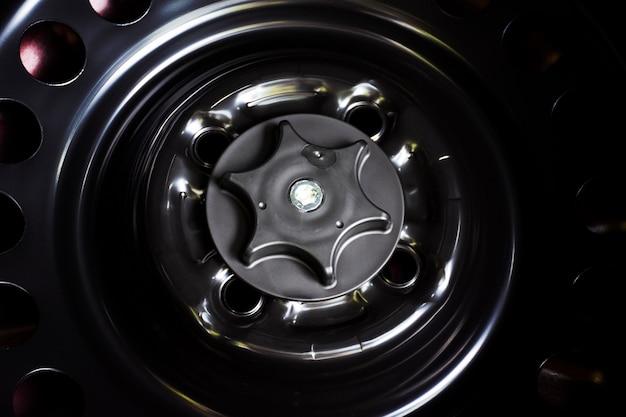 Parafuso de bloqueio da roda sobressalente no carro.