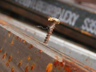 Parafuso enferrujado na barra de metal