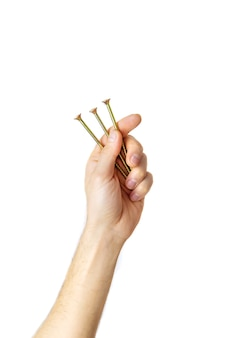 Parafusos auto-roscantes nas mãos de um homem isolado. foco seletivo.