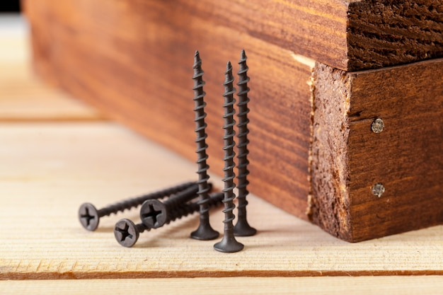 Parafusos em uma mesa de madeira