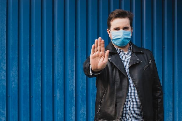 Paragem de gesto apresentando homem. homem usa máscara protetora contra doenças infecciosas e gripe.